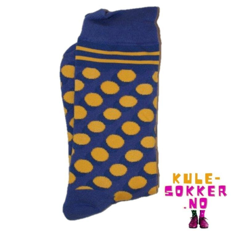 Gule sirkler på blå sokker